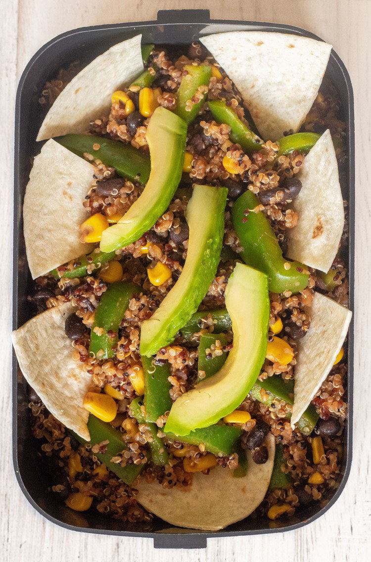 Smoky Mexican Quinoa - These 500-calorie Vegan Lunches are great for a weight loss meal prep routine. Easy and tasty meals that will fill you up until dinner. | The Green Loot #vegan #veganrecipes #mealprep #weightloss