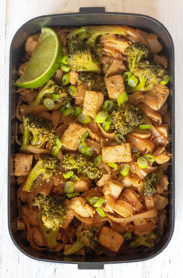 Rice Noodle Stir Fry - These 500-calorie Vegan Lunches are great for a weight loss meal prep routine. Easy and tasty meals that will fill you up until dinner. | The Green Loot #vegan #veganrecipes #mealprep #weightloss