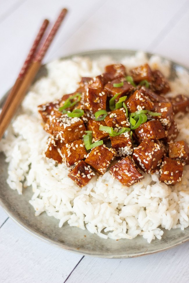This vegan Garlic Teriyaki Tofu is perfect for beginners! You will find step-by-step instructions in the article for this easy Japanese weeknight dinner recipe! | The Green Loot #vegan #veganrecipes