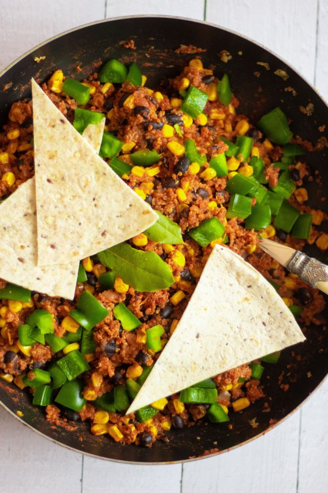 This Vegan Mexican Quinoa is a plant-based, high-protein and super flavorful meal, that you can enjoy as a healthy weight loss dinner, or a quick, filling work lunch (in a burrito) as well! | The Green Loot #vegan #veganrecipes #plantbased