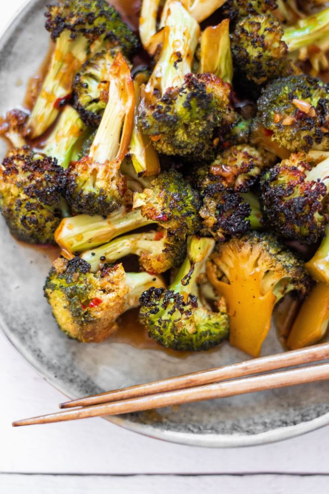 This Roasted Broccoli with Sweet Chili Sauce is the perfect healthy Asian side dish. Made in the oven, it's ready in almost 30 minutes. Serve over rice. | The Green Loot #vegan