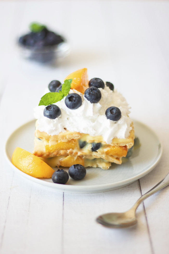This Vegan Icebox Cake is made with vanilla pudding, blueberries and peaches. The perfect, super easy, no-bake Summer dessert you need right now. | The Green Loot #vegan #veganrecipes